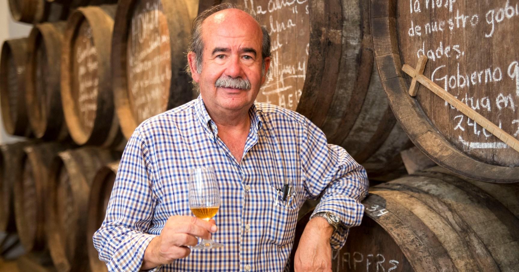 Miguel Cruz con copa de vino